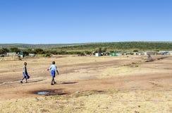 Niños en el pueblo de Kenia fotos de archivo