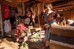 Niños en el pueblo de la gente de Wa Foto de archivo