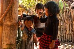 Niños en el pueblo de la gente de Wa Imagenes de archivo