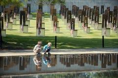Niños en el sitio del bombardeo del Oklahoma City Imagen de archivo