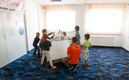 Niños en el taller que acampa Imagen de archivo