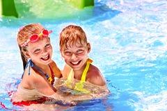 Niños en el tobogán acuático en el aquapark. imagen de archivo