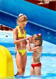 Niños en el tobogán acuático en el aquapark. Fotografía de archivo libre de regalías