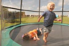 Niños en el trampolín Foto de archivo libre de regalías