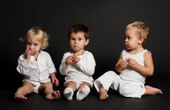 Niños en fondo negro Fotos de archivo