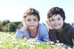 Niños en hierba verde fotografía de archivo