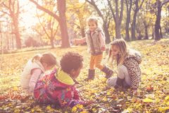Niños en hojas caidas Día del otoño fotografía de archivo