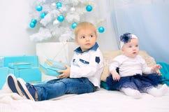 Niños en interior del Año Nuevo Foto de archivo
