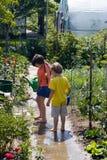 Niños en jardín Fotografía de archivo