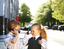 Niños en juego de asunto al aire libre. Fotografía de archivo