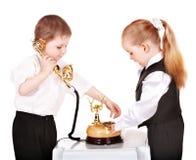 Niños en juego de asunto con el teléfono. Imagenes de archivo