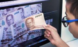 Niños en línea del dinero Foto de archivo libre de regalías