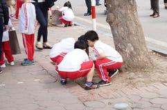 Niños en la calle del paseo imagen de archivo