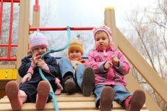 Niños en la colina artificial en patio imagen de archivo libre de regalías
