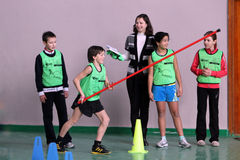 Niños en la competición del atletismo de los cabritos Foto de archivo