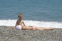 Niños en la costa Foto de archivo libre de regalías
