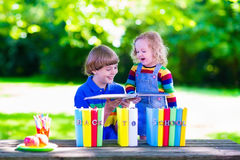 Niños en la escuela que hace la preparación Imágenes de archivo libres de regalías