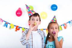 Niños en la fiesta de cumpleaños fotos de archivo
