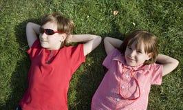 Niños en la hierba Fotos de archivo