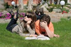 Niños en la hierba Fotografía de archivo libre de regalías