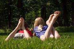 Niños en la hierba Imágenes de archivo libres de regalías