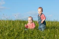 Niños en la hierba Fotografía de archivo