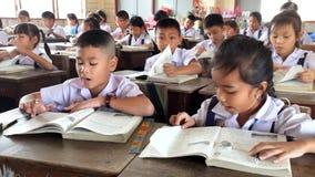Niños en la lección en la sala de clase en la escuela primaria almacen de video