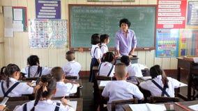 Niños en la lección en la sala de clase en la escuela primaria metrajes