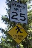 Niños en la muestra del juego con límite de velocidad Imágenes de archivo libres de regalías