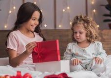 Niños en la Navidad fotos de archivo libres de regalías