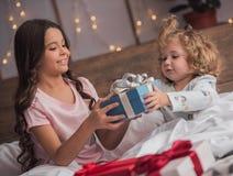Niños en la Navidad foto de archivo