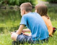 Niños en la orilla del lago fotos de archivo libres de regalías
