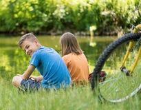 Niños en la orilla del lago Foto de archivo libre de regalías