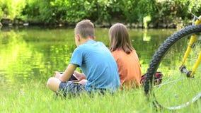 Niños en la orilla del lago almacen de metraje de vídeo