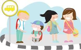 Niños en la parada de omnibus Imagen de archivo libre de regalías