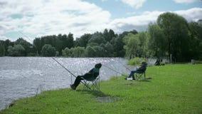 Niños en la pesca Resto en el lago almacen de metraje de vídeo