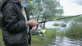 Niños en la pesca Resto en el lago almacen de video