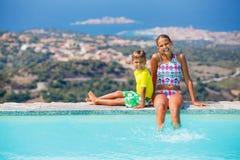 Niños en la piscina Fotos de archivo