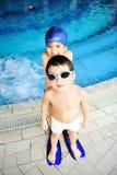 Niños en la piscina, felicidad Foto de archivo