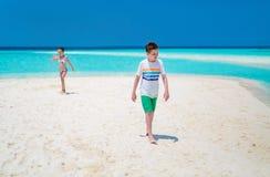 Niños en la playa foto de archivo
