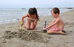 Niños en la playa Fotografía de archivo