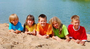 Niños en la playa Imagen de archivo libre de regalías
