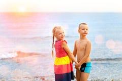 Niños en la playa imagen de archivo