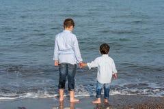 Niños en la playa Fotos de archivo