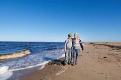 Niños en la playa Fotografía de archivo libre de regalías