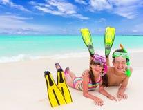 Niños en la playa con el tubo respirador Fotos de archivo libres de regalías