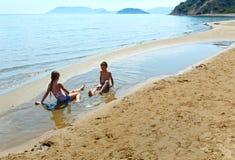 Niños en la playa de Gerakas (Zakynthos, Grecia) Fotos de archivo libres de regalías