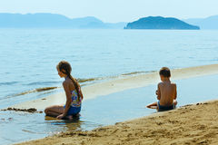 Niños en la playa de Gerakas (Zakynthos, Grecia) Fotos de archivo