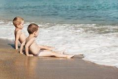 Niños en la playa del mar Imágenes de archivo libres de regalías