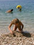 Niños en la playa en los varios partidos Fotos de archivo libres de regalías